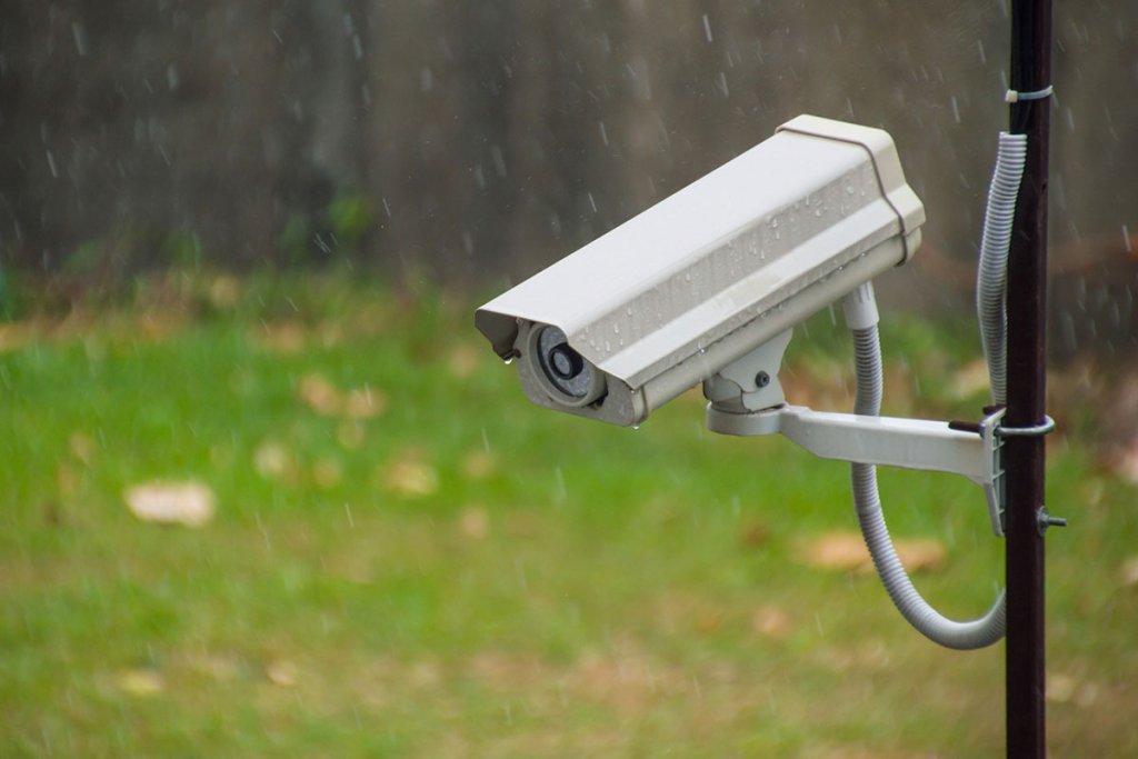 Eine Ueberwachungskamera haengt im Regen