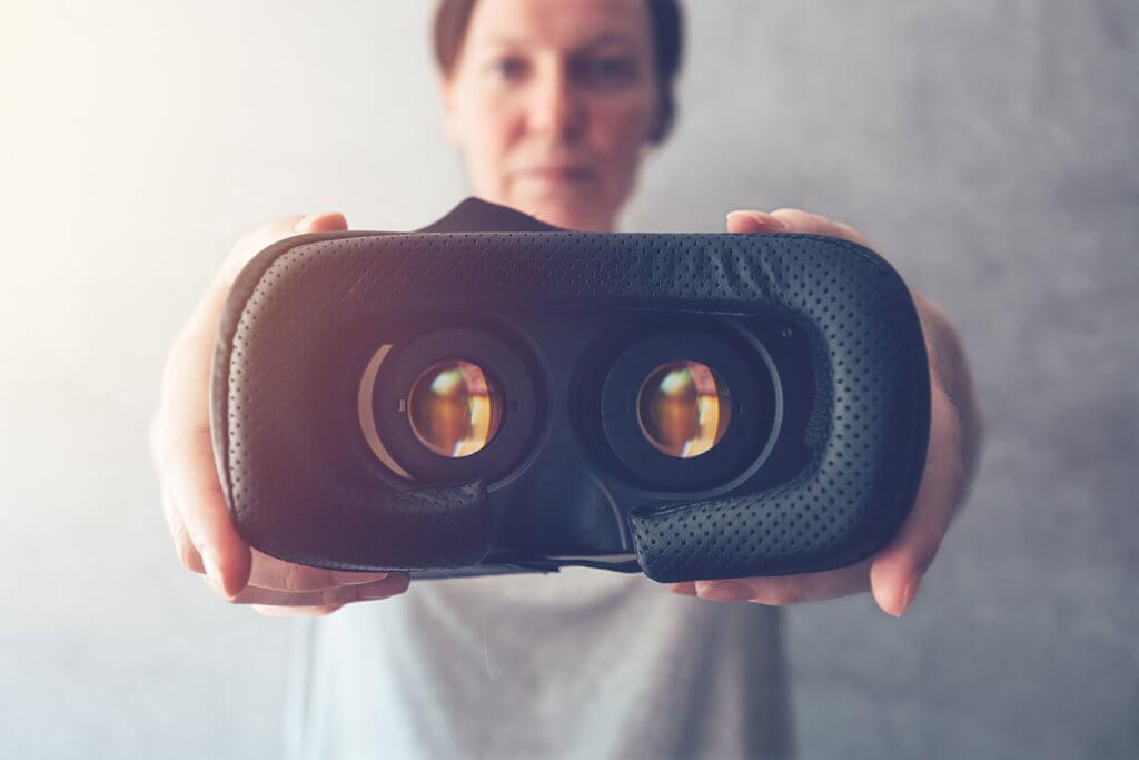 Frau hält VR-Brille