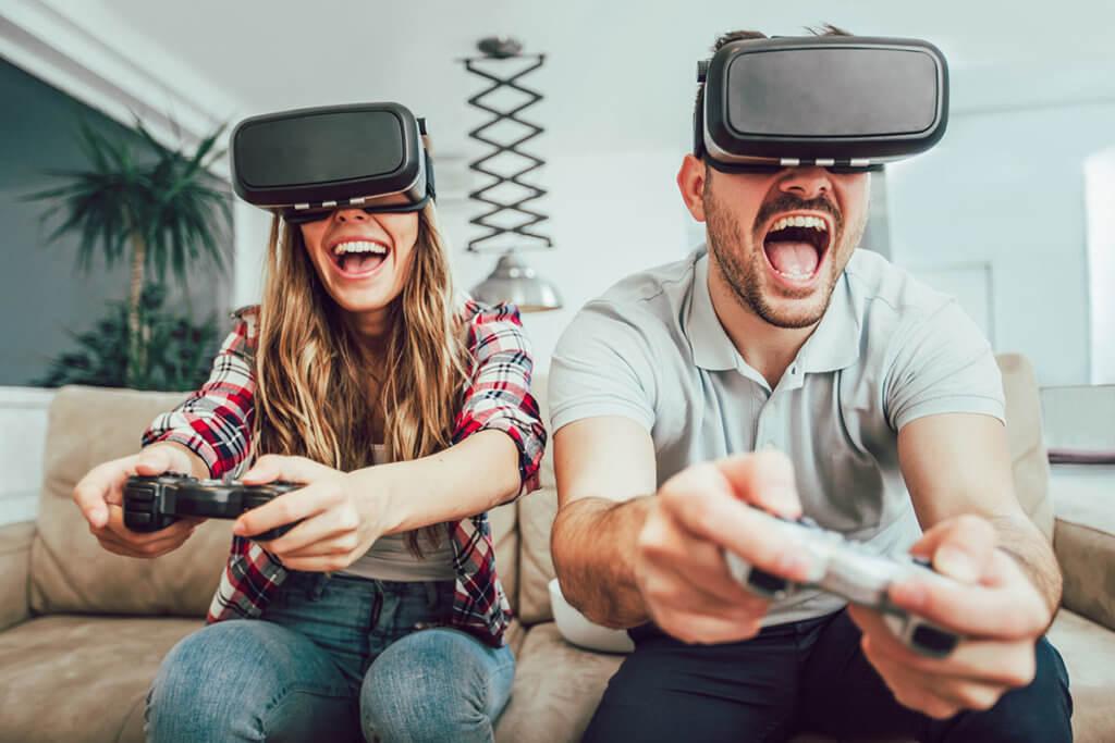 Paar nutzt VR-Brille