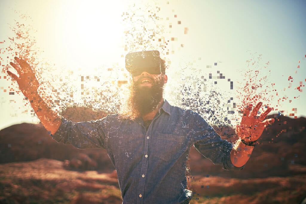 Mann nutzt VR-Brille